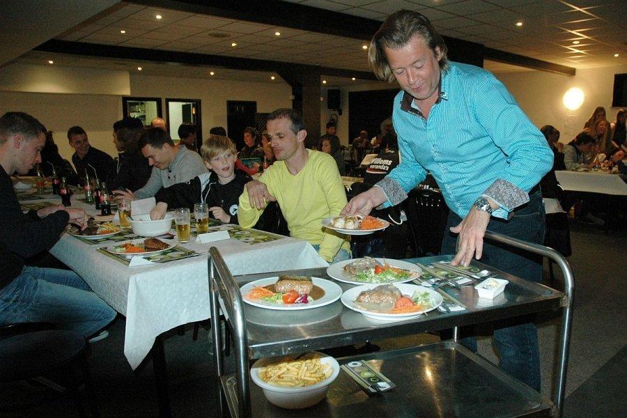 Vrijwilligers dragen eetfestijn