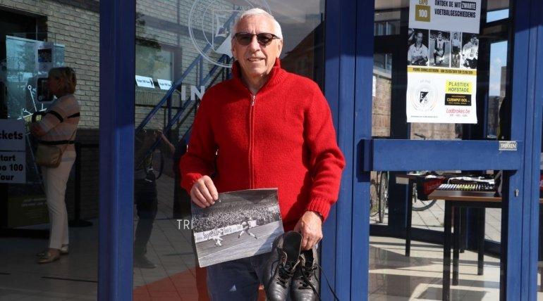 Edmond Boone schenkt oude voetbalschoenen aan Expo